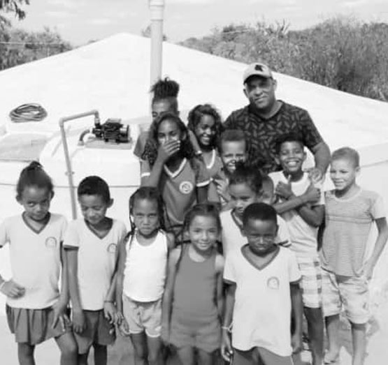 Cisterna da comunidade de Nova União, Julho 2019 / Crédito: Cipó comunicação. Foto mostra crianças em frente à cisterna construída pelo projeto-piloto em parceria com o Instituto Água e Saneamento no município de Barra, Bahia.