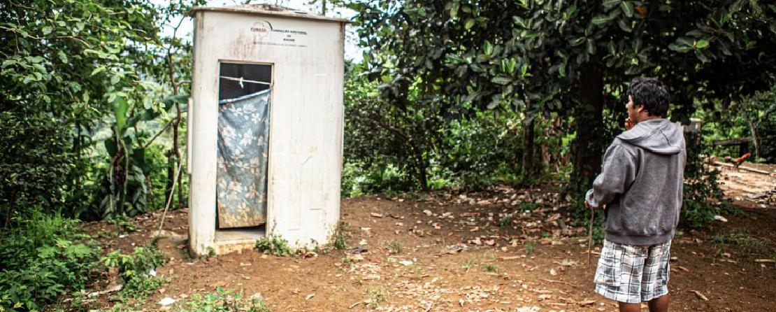 Vista do banheiro comunitário   Foto: Tomas Kipnis